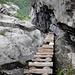 Von weiter oben Blick zurück, im Abstieg muss man schon etwas aufpassen, die Stufen sind nicht so praktisch zum Greifen.