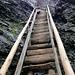 Der Treppenweg ist weniger steil, hat grössere, breitere Stufen und einen Handlauf. Jedoch sollte man auch hier nicht stürzen…