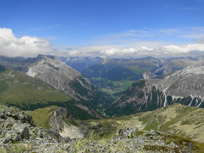 Blick vom k2 über das albulatal in der bildmitte bergün