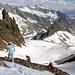 Während dem Abstieg auf das Schneefeld. In der Bildmitte, am Sonnenhang, müsste die Gelmerhütte zu sehen sein.