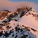 Erstes Licht am Hintergrat - über den breiten Schneesattel gelangt man zur nächsten Felspassage, der Gipfel hüllt sich noch in Wolken