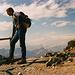 Werner beim Tiefblick-Genießen -im Südwesten die Stubaier Alpen