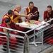 Tibetische Mönche beim Gebet auf dem Säntis. Viel internationales Publikum...