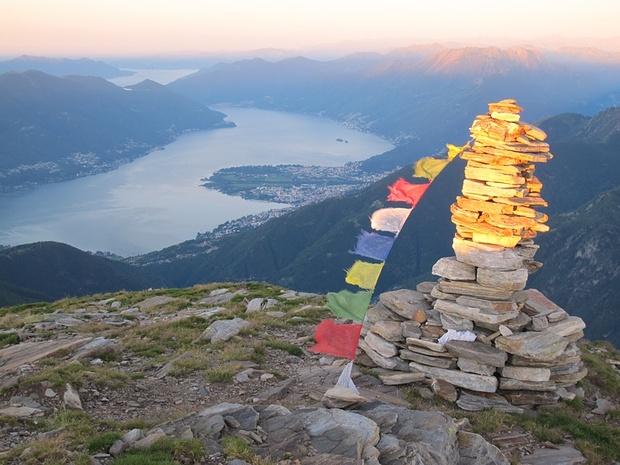 Le bandiere tibetane sventolano alle prime luci del mattino.