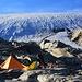 Unser Biwak am Rande des Üsser Talgletschers auf 2900m. Der schöne Biwakplatz auf Gletscherschlifplatten befindet sich nordwestlich von P.2916m der Chindelspitza.
