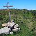 Etwas morsch und krumm, dafür zwei Gipfelkreuze