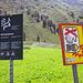 Haha, was ist hier falsch?! Typisch Schweiz, Naturschutz, wer ein Pflänzchen mitnimmt wird verhaftet, aber das Militär kann hemmungslos die Landschaft in die Luft sprengen…