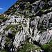 Abstieg über Felsplatten, zT gesichert mit Seil.