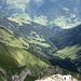 Blick zum Vorsäß Boden mit der Bergkristallhütte und in das Tal
