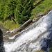 Oberhalb Cave du Sex stürzt die Bisse de Tsittoret einen kleinen Wasserfall hinunter und folgt anschliessend der Höhenkurve