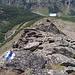 Felsrippe mit Stahlseil vom oberen Einstiegspunkt (2780 m) gesehen