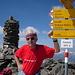 """Wegweiser auf dem Gipfel. Der Weg zum Isentälli verläuft meist auf dem Südgrat.<br />Der Unbekannte auf dem Bild ist der Beweis, dass """"Glarnerland macht schön"""" nicht bei allen hilft. Seufz .."""