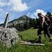 Hier ist die Stelle wo man aus dem Wald heraus kommt und über die Wiese durch das kleine Wäldchen im Hintergrund die Alp Franzen erreicht
