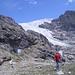 Auf der Terrasse mit dem Schutzhüttchen im Angesicht der Zunge des Giétro-Gletschers