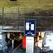 Das gibt es auch nur in der Schweiz: Alpiner Parkautomat vor Käsespeicher...