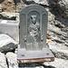 Altro segno della frequentazione umana sul Basodino: la Madonna dell'Aiuto posata nel 1964 dal CAI di Busto Arsizio (manca una mano) e il contenitore per il piccolo bloc-notes di vetta (chiamarlo libro mi sembra eccessivo)