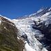 Der Obere Grindelwaldgletscher von der Hütte aus gesehen. Man betritt ihn beim von links beim obersten Felsband und quert ihn an Höhe gewinnen nach rechts.