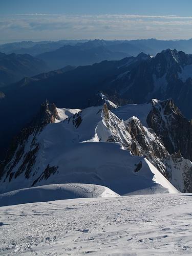 Blick vom Mont Blanc zur Aufstiegsroute mit Mont Maudi, Mont Blanc du Tacul und hinten links der Aig. du Midi.<br />Jetzt heisst es, wieder den ganzen Weg zurück ;-)