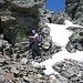 Abstieg vom Madom Gröss. Das heikle und brüchige, mit Schnee gefüllte Schuttcouloir, welches mit Griffen gesichert wäre.