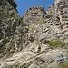 ungefähr 180 Grad um den Stumpf herum geht´s die letzten Meter hoch - in der Vergrößerung ist auch die Kette erkennbar (direkt in Falllinie unterhalb des Gipfelkreuzes)