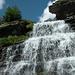 Wasserfallkaskaden neben den Alphütten von Oerz