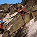 Die Gruppe Slowenen kam im vereisten Glocknerleiterl kaum voran. Deshalb querte ich nach dem nächsten Fels nach links über das Eis in die Begrenzungsfelsen von wo ein Schuttweglein und einfache Kraxelfelsen in den Sattel vom Kleinglockner Südostgrat leitet. So konnte ich die Gruppe grösstenteils überholen und meine Route war zudem noch einfacher.