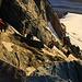 Tiefblick vom Sattel auf dem Südostgrat vom Kleinglockner auf das Glocknerleitl. <br /><br />Das Glocknerleitl ist zur Zeit stark ausgeapert und vereist. Im Frühsommer kann man hier meist über Trittfirn zum Grat hochsteigen.