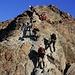Blick aus der Glocknerscharte (etwa 3755m) zu den untersten Aufstiegsfelsen (Schlüsselstelle; Fels II mit optimalen Griffen und Tritten) auf den Großglockner. Wegen einigen Bergsteiger musste ich auch hier in der Scharte wieder kurz warten...