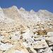 Questa pietraia è in realtà il Ghiacciaio di Pesciora. In alto troneggia la torre sommitale del Pizzo Rotondo