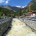 Zurück in [ort20776 Staffal] auf dem Brücklein über die <i>Lys</i>, welche das Gletschergebiet vom [peak1616 Felikhorn] über den [peak7503 Liskamm West] / [peak7658 Ost] bis zur [peak6092 Vincentpiramid] entwässert.