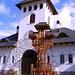 poarta de intrare la manastirea IZVORUL MURESULUI