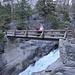 Im Aufstieg auf dem Mist Trail zwischen Vernal Fall und Nevada Fall - Auf dieser Holzbrücke wird der Merced River überquert. Der Weg führt dann nördlich des Flusses weiter zum Nevada Fall.