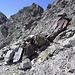 Hier kann man auch geradeaus in die Scharte vor dem Felskopf in der Mitte des Bildes und muss nicht dem roten Pfeil folgend nach rechts