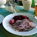 Was braucht man noch mehr: einen bayrischen Wurstsalat und einen Russen (Russen = ein Radler aber mit Weißbier)