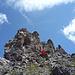 """Der steile Gipfel des """"Hörnli"""". Rot markiert der Riss, in dem sich mein Fixseil befand. Ein zweites, wohl angenehmeres befindet sich auf der Ostseite"""