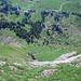 Tiefblick nach Palfries aus dem plattigen Grasgelände im unteren Teil des Aufstiegs