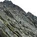 Salendo la cresta aggiriamo in basso un gruppo di rocce