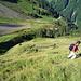 Aufstieg durch die langen, steilen Grashänge oberhalb der idyllischen Wänialp