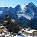Steinmann auf dem Ostgrat vor Bergpanorama