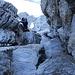 Hans im Aufstieg durch die Rinne. Hier lacht er so schön für das Foto, das Gelände ist aber durchaus Ernst. Ohne solides Kletterkönnen sogar durchaus gefährlich.
