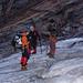 Unsere Seilschaft rüstet sich für den Aufstieg über den Gletscher