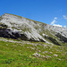 Der Ifen aus Richtung Schwarzwasserhütte. Eine eigentümliche Berggestalt! Rechts der Bildmitte im steilen Wiesengelände befindet sich die gesicherte Abstiegsroute.