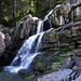 Idyllischer Wasserfall direkt oberhalb der Melköde