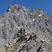 Blick zurück, links P2959m, rechts Piz S-chalambert Dadaint (Gipfel ist verdeckt). Das zu begehende Geröllband ist an den Schneefeldern zu erkennen.