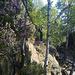 kleiner Verhauer neben der Absperrung an der Schrammsteinaussicht (diese ist verdeckt hinter [u Helle] - der Pfad führt Felsen (I+) hinab um an einer Felsspalte (nur zum Durchkriechen, ansteigend) endet - der richtige Weg zum Frühstücksplatz gehts rechts den Hang herunter (nach der Absperrung geradeaus hinunter, Pfadspuren)