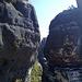 etwa am eindrücklichen Turm der Tante (Südostkante: V) stehend bietet sich ein kurzer Durchblick zur dahinter liegenden Schrammsteinaussicht