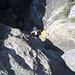 [u Helle] wieder im Nachstieg - im Hintergrund das Schluchtbecken mit tiefer Felsspalte linker Hand davon