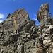 ...und über die Felsrampe über dem Grasfleck im Hintergrund wieder hoch auf den Grat.