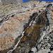 Le torrent de Crête Sèche et les belles couleurs du rocher qui l'abrite