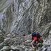 nun schon weiter oben. Der Herr unten war der einzige Berggänger, den wir bis zum Hüenerbergsattel getroffen haben. An seiner Stelle hätte ich hier mit dem Einstieg gewartet, bis niemand mehr in der Rinne ist (lose Steine)